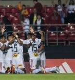 Jogadores do São Paulo se abraçam e comemoram com os braços voltados para cima