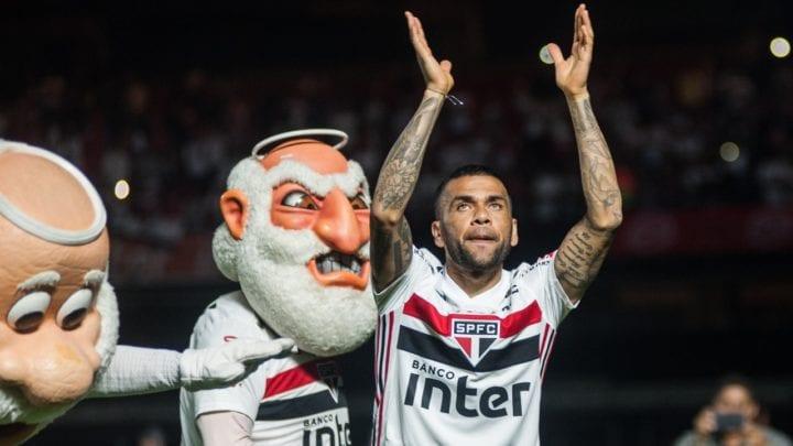 Daniel Alves é apresentado no Tricolor
