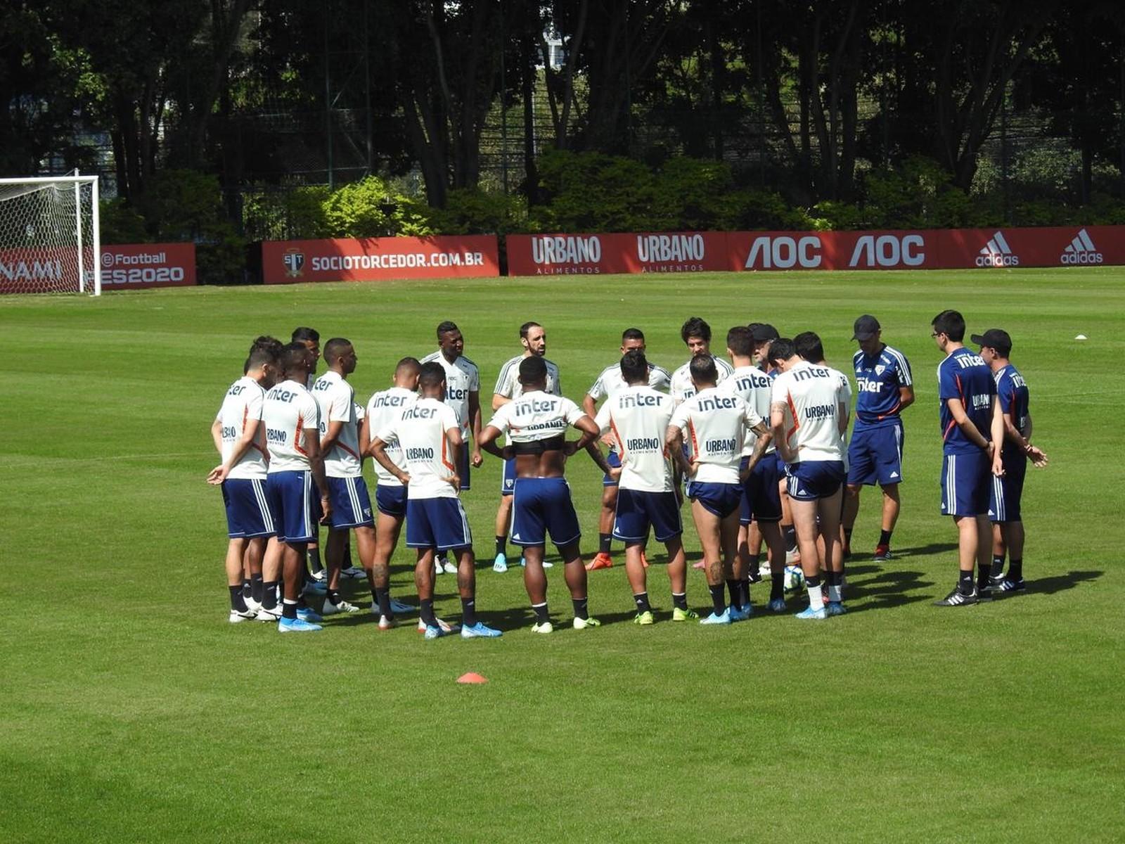 Time do São Paulo reunido no CT