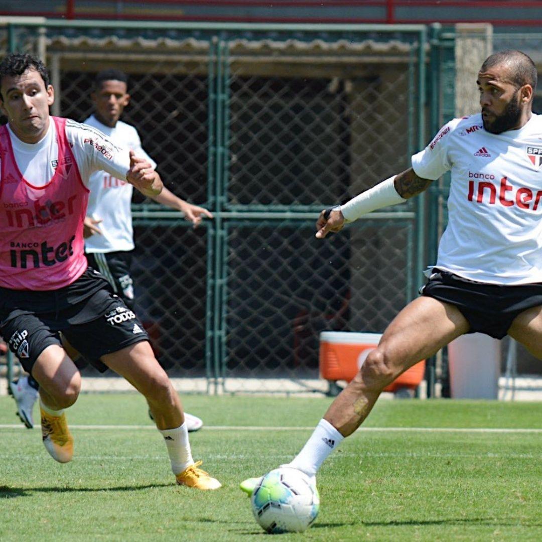 Daniel Alves participou do treino de hoje do São Paulo com o restante do grupo
