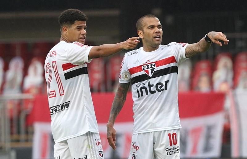 Daniel Alves e Gabriel Sara