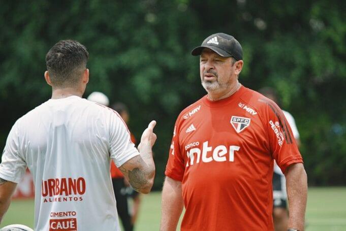 Marcos Vizolli comanda o treinamento do São Paulo no CT da Barra Funda